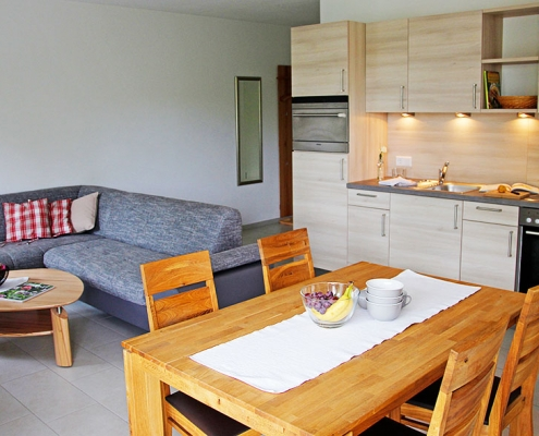 """Ferienwohnung """"Pilsensee"""" - Wohnbereich mit Küchenzeile"""