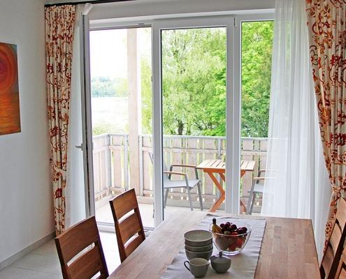 """Ferienwohnung """"Pilsensee"""" - Essecke und Fensterfront"""