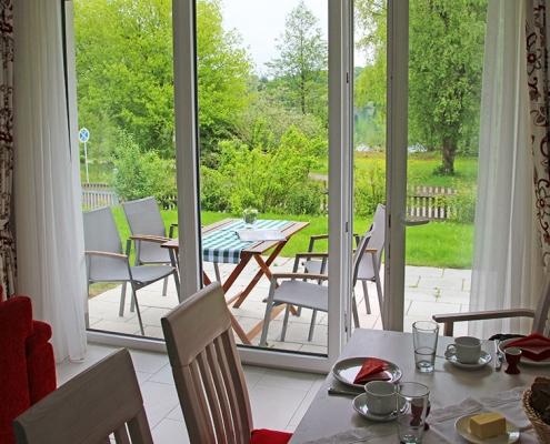 """Ferienwohnung """"Starnberger See"""" - Blick auf die Terrasse und den Weßlinger See"""