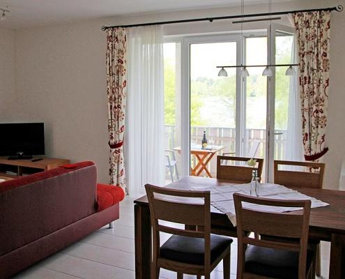 """Ferienwohnung """"Weßlinger See"""" - Wohnbereich mit Blick auf Balkon"""