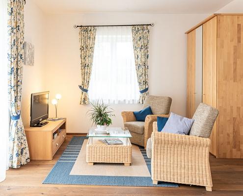 """Gästezimmer """"Amper"""" - Blick auf den Wohnbereich"""